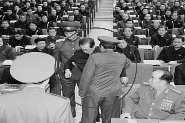 Информагентство Северной Кореи ЦТАК опубликовало фотографии ареста одного из самых могущественных людей КНДР – дяди северокорейского лидера, зампреда Государственного комитета обороны Чан Сон Тхэка. «Чан и его сторонники совершили уголовные преступления, поражающие воображение», – сообщало агентство