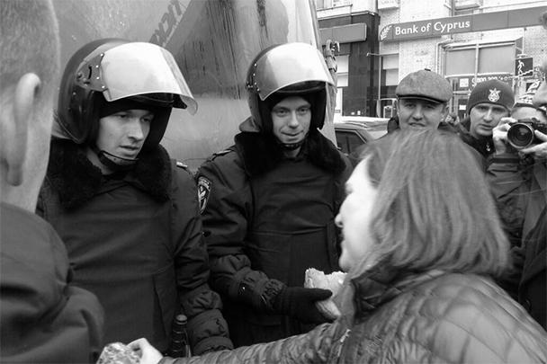 Заместитель госсекретаря США Виктория Нуланд накормила печеньем и бутербродами митингующих представителей оппозиции и  охраняющих порядок на площади Независимости в Киеве военнослужащих внутренних войск Украины