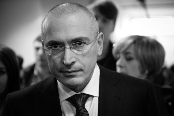 Экс-глава ЮКОСа Михаил Ходорковский дал в Берлине первую после освобождения пресс-конференцию. Свое отношение к президенту Ходорковский определил как прагматичное. «Я поставил проблему взаимоотношений в прагматическую сферу, которая не предусматривает мести и ненависти», – сказал он. В пятницу президент Владимир Путин подписал указ о помиловании Ходорковского