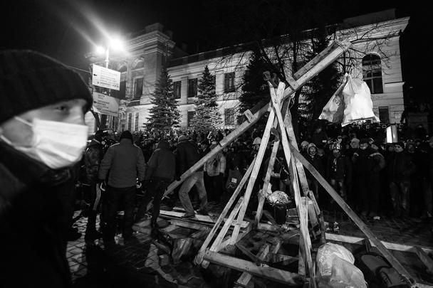 Украинская милиция сломала возведенную оппозицией катапульту в центре Киева. Митингующие намеревались использовать сколоченное из деревянных досок сооружение для того, чтобы обстреливать бойцов «Беркута» камнями