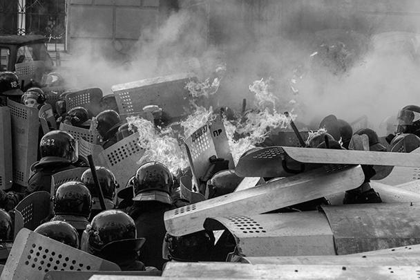 Двухнедельное перемирие на Украине закончилось новыми столкновениями сторонников Майдана с правоохранительными органами. Уже погибли не менее трех протестующих. Протестующие требуют возврата конституции в редакции 2004 года и отставки президента
