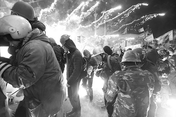 Вечер вторника и ночь на среду стали самыми кровавыми за все месяцы политического противостояния в центре Киева. Погибли и активисты оппозиции, и силовики. По последним данным минздрава, жертвами беспорядков стали 25 человек. Сгорел Дом профсоюзов, подожжена консерватория