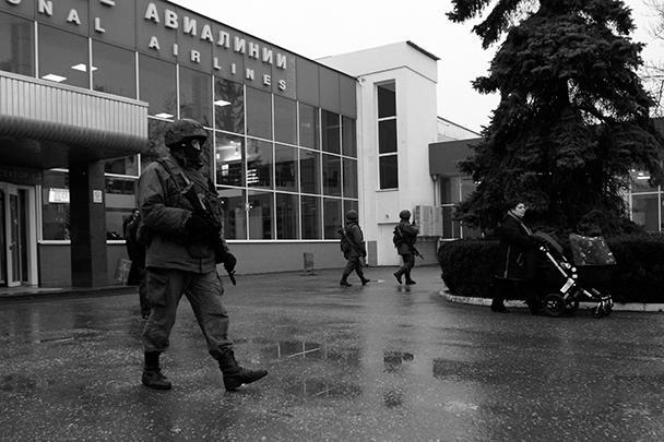 Группа вооруженных людей в ночь на пятницу взяла под контроль аэропорт в Симферополе. Сотрудникам аэропорта они пояснили, что боялись высадки в Крыму «украинского десанта», однако, убедившись, что информация не соответствует действительности, извинились и покинули здание