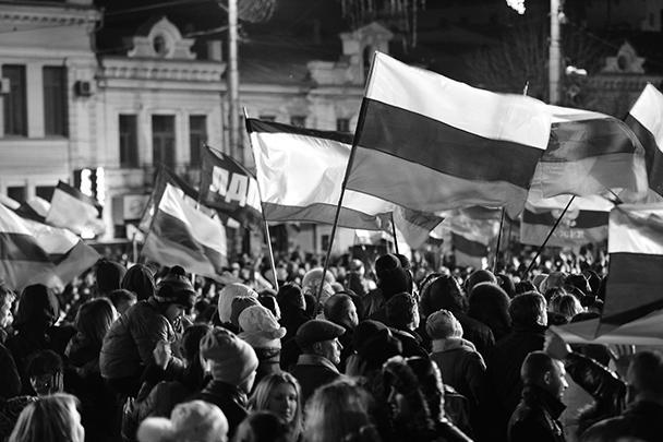 Более 20 тысяч крымчан собрались на концерт на площади Ленина в центре Симферополя после закрытия избирательных участков. Собравшиеся скандировали: «Мы возвращаемся в Россию»