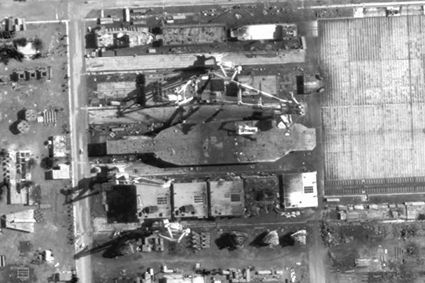 Американский разведывательный спутник сделал снимок авианосца, строящегося в Иране. Правда, это не настоящий корабль, а всего лишь макет американского атомного авианосца класса «Нимиц». Его размеры составляют две трети от прототипа