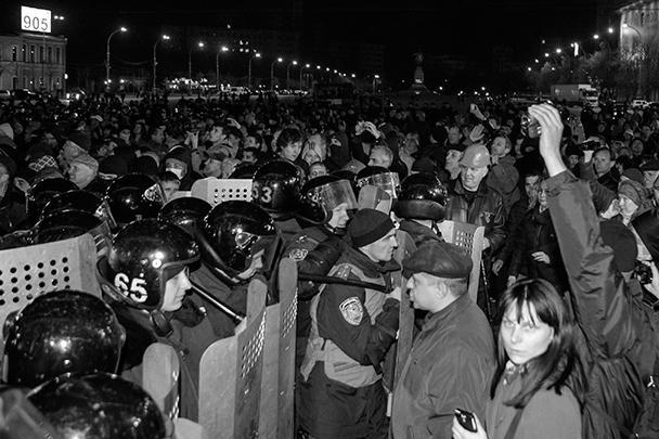 В воскресенье Юго-Восток Украины охватила волна митингов против незаконных действий новой власти. Митингующие блокировали здания областных и городских администраций в Харькове, Донецке и Луганске. Киевские силовики вылетели в бунтующие регионы