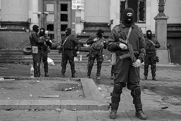 Здание харьковской областной администрации захватили военные в масках и без опознавательных знаков. Они участвовали в вытеснении митингующих. Киевские силовики называют их отрядом спецназа «Ягуар», однако МИД России располагает информацией, что против митингующих направили американских наемников