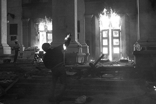 В результате пожара в Доме профсоюзов в Одессе погибли по меньшей мере 46 человек, еще более 100 получили ранения и попали в больницу. Среди пострадавших оказался 21 милиционер. По свидетельству очевидцев, боевики «Правого сектора», которые подожгли здание с людьми, не давали выбраться одесситам из горящего здания