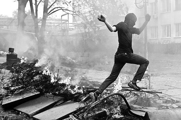 В пятницу в Мариуполь вошла бронетехника. Столкновение украинских силовиков с ополченцами произошло у здания милиции. В результате, по информации главы МВД Арсена Авакова, были убиты около 20 ополченцев, а также один силовик. Однако активистам Донецкой народной республики (ДНР) удалось отбить у украинской армии БМП