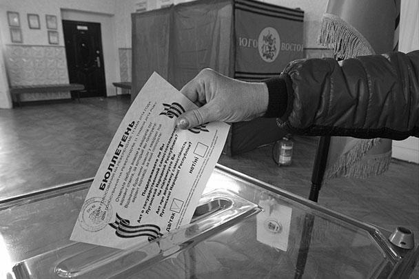 В воскресенье, 11 мая, в Донецкой и Луганской областях проходит референдум о самоопределении регионов. Наблюдатели говорят о беспрецедентной явке на избирательные участки, о километровых очередях, а также о попытках Киева воспрепятствовать голосованию силами украинской армии