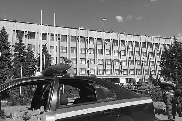 Над городской администрацией Славянска, долго служившего центром сопротивления Юго-Востока Украины, поднят украинский флаг. Украинской армии удалось полностью вытеснить из города войска ополченцев, в том числе их военного лидера Игоря Стрелкова