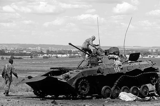 Въезд в Славянск. Эта подорванная БМП принадлежала ополчению Юго-Востока. Теперь то, что от нее осталось, осматривают украинские солдаты. Ополчение под командованием Игоря Стрелкова после ночного боя оставило город и переместилось в Донецк