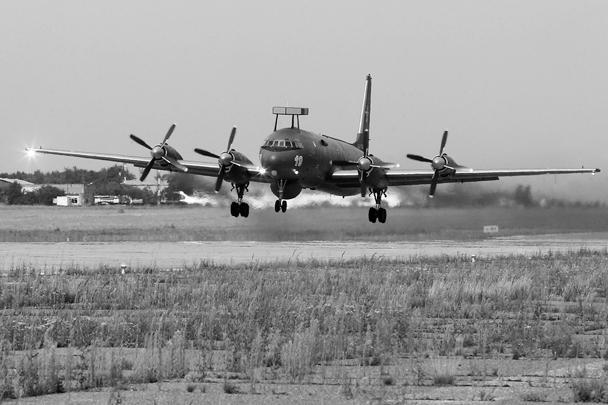 Торжественная передача первого серийного противолодочного самолета Ил-38Н представителям морской авиации ВМФ России состоялась во вторник на взлетно-посадочной полосе аэродрома Жуковский. Эффективность модернизированного аппарата выросла в несколько раз