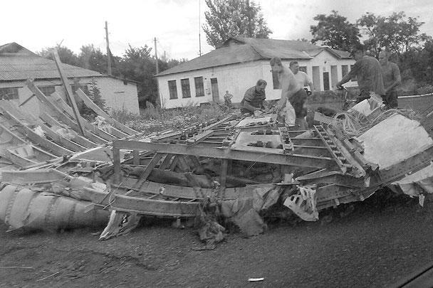Появились первые фотографии «Боинга-777», упавшего под Донецком. Погибли около трехсот человек. По предварительным данным, лайнер, направлявшийся из Амстердама в Куала-Лумпур, был сбит зенитной ракетой