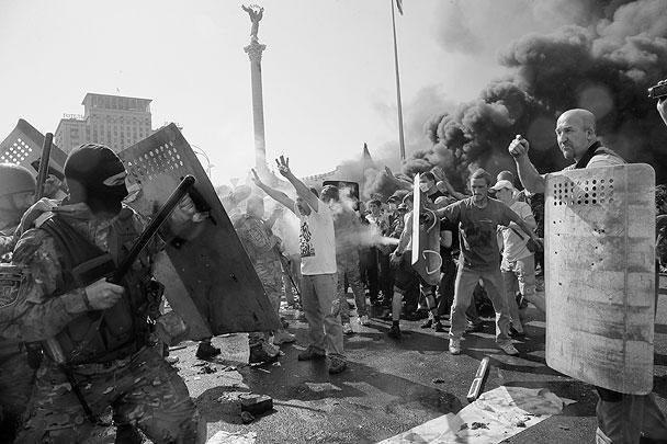 В четверг утром на киевской площади Независимости начались столкновения активистов Майдана с милицией. Сотрудники правоохранительных органов применяют против евромайдановцев светошумовые гранаты. Активисты в ответ бросают петарды и камни. Над Крещатиком стоит черный дым