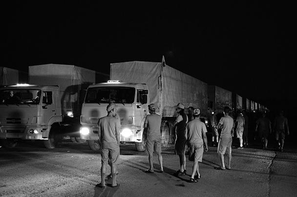 Автоколонна с 2 тыс. тонн гуманитарной помощи – это 280 КамАЗов с продовольствием, лекарствами и предметами первой необходимости – отправилась в ночь на вторник из подмосковного Наро-Фоминска к юго-западной границе России. Все это должно быть передано жителям Восточной Украины