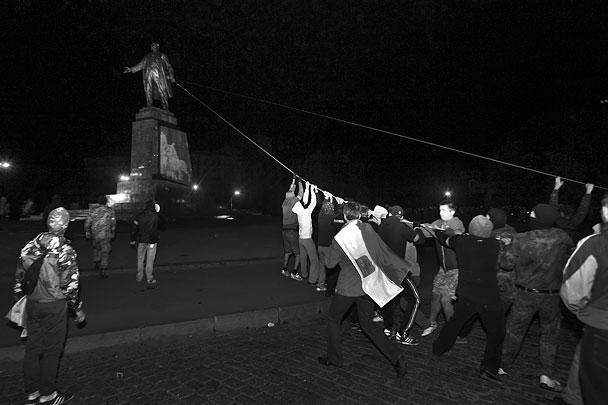 Участники митинга за Украину в границах УССР повалили памятник Ленину на площади Свободы в Харькове. Это был крупнейший на Украине памятник основателю советского государства. В милиции возбудили дело, но затем харьковский губернатор подписал приказ о демонтаже монумента, и дело было закрыто