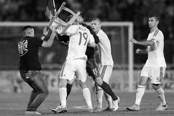 Отборочный матч чемпионата Европы по футболу – 2016 между сборными Сербии и Албании в Белграде пришлось остановить после того, как на поле с трибун спикировал дрон с прикрепленным к нему символом «Великой Албании». Защитник сербов решил оторвать его, этому помешал защитник албанцев, после чего завязалась массовая драка. А чуть позже выяснилось, что дрон, судя по всему, запустил брат премьер-министра Албании Олси Рама. Его уже выслали из страны