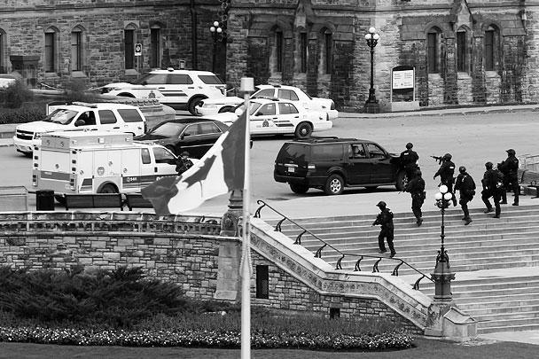 В столице Канады Оттаве группа злоумышленников устроила перестрелку одновременно в трех местах города. Стреляли рядом с парламентом страны, Национальным военным мемориалом и в торговом комплексе Rideau Centre