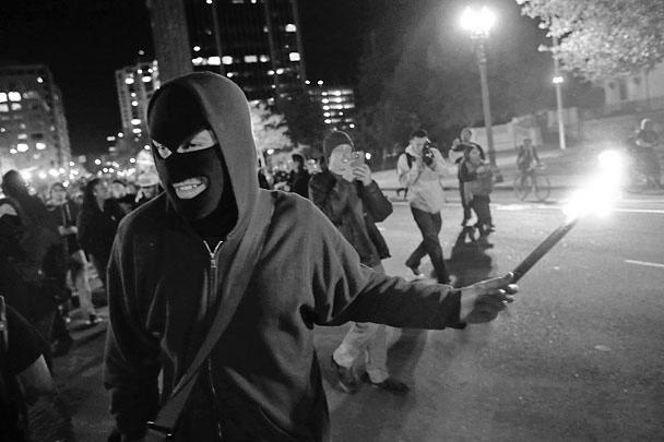 В американском Фергюсоне вновь вспыхнули беспорядки – после того, как суд признал невиновным полицейского, застрелившего в августе темнокожего подростка. Протестующие забрасывают полицию петардами, камнями и бутылками, а также грабят и поджигают магазины, слышна стрельба из автоматов. Акции протеста прошли также в Нью-Йорке, Чикаго, Вашингтоне и Сиэтле