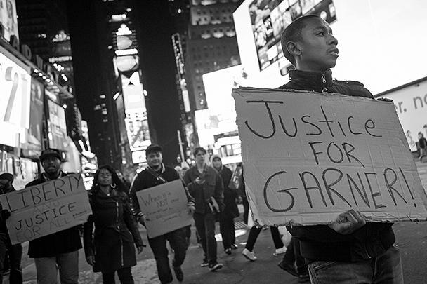 Массовые акции протеста начались в Нью-Йорке в связи с решением жюри присяжных не выдвигать обвинения полицейскому Дэниелу Панталео, задушившему в июле при задержании безоружного отца шестерых детей Эрика Гарнера. Демонстранты скандировали лозунг: «Я не могу дышать». Это были последние слова Эрика Гарнера, к которому страж порядка применил удушающий прием, который в полиции запрещен уже 20 лет