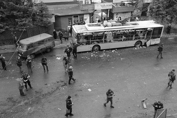По остановке общественного транспорта в Ленинском районе Донецка нанесен артиллерийский удар. Погибли 15 человек, несколько десятков получили ранения. Власти ДНР заявили о задержании диверсионной группы, которая может быть причастна к трагедии