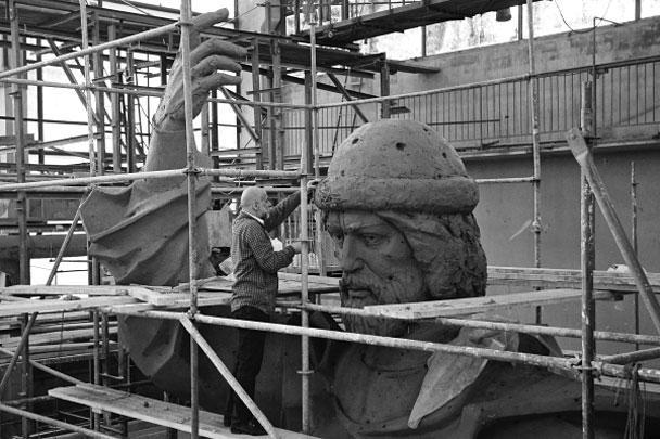 Продемонстрирована готовая, изготовленная в глине модель памятника равноапостольному князю Владимиру, крестителю Руси, которую планируется установить на Воробьевых горах в Москве. Скульптор Салават Щербаков говорит, что памятник символизирует возвращение России к древним истокам