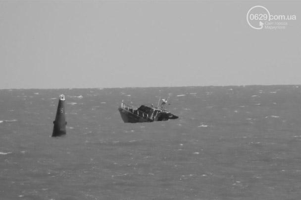 В воскресенье днем при выходе из бухты возле Мариуполя пограничный катер береговой охраны UMC-1000 Украины натолкнулся на взрывное устройство и затонул. На его борту находились семь военнослужащих. Шестеро доставлены в госпиталь, капитан катера пропал без вести