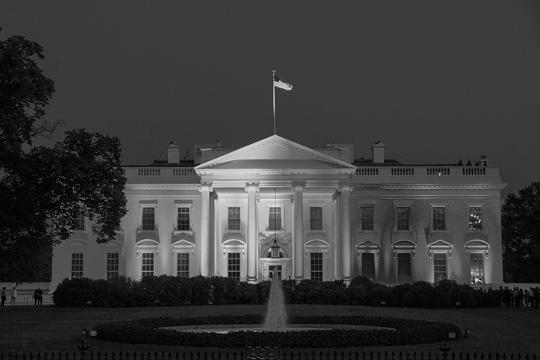 Белый дом подсветили цветами радужного флага, который считается символом ЛГБТ-сообщества, в честь решения Верховного суда США, узаконившего однополые браки. Барак Обама счел решение «победой для Америки», а Хиллари Клинтон заявила: «Горжусь»