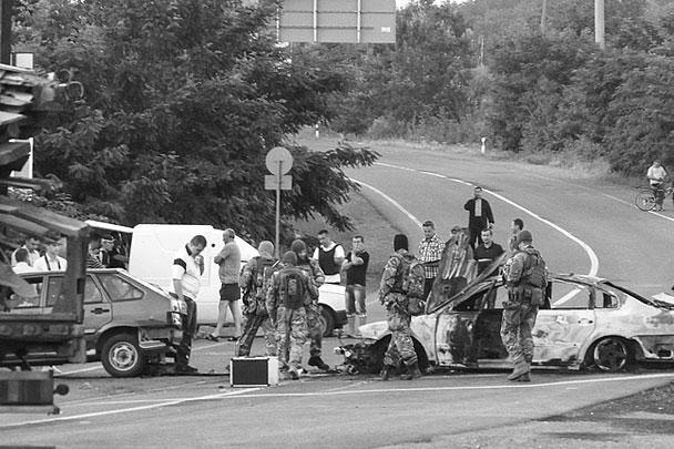 В субботу вооруженные автоматами и гранатометами представители добровольческого корпуса «Правого сектора» устроили в городе Мукачево на западе Украины стрельбу по мирным гражданам и полиции. Есть убитые и раненые