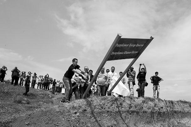 Грузинские журналисты выкорчевали из земли пограничный знак между Южной Осетией и Грузией. Указатель с надписью «Республика Южная Осетия» они сначала затоптали, а потом выкинули в кучу мусора. По их мнению, Россия незаконно передвинула границу вглубь Грузии