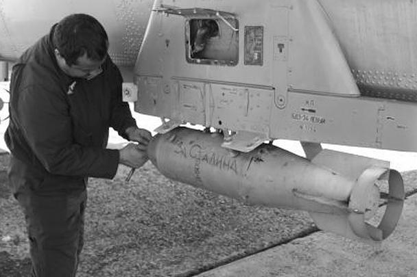 Надписи «На Берлин» и «За Сталина» используют, оказывается, не только на задних стеклах российских автомобилей, но даже на военных учениях с применением настоящих боеприпасов. Пример этому замечен на бомбометании авиации ВМФ на Балтийском флоте
