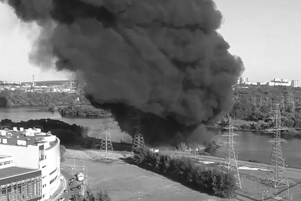 Крупный пожар произошел в Москве, к счастью, вне жилых зон, и, как ни парадоксально, прямо на Москве-реке. Из-за прорванного трубопровода загорелась нефть, вытекшая на поверхность