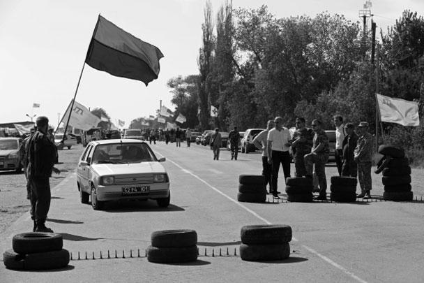Крымско-татарские и украинские националисты объявили о так называемой продовольственной блокаде Крыма, ограничив проезд грузовиков через пункты пропуска. Крымские власти заявляют, что проблем со снабжением не будет, поскольку украинские товары занимают лишь незначительную часть рынка