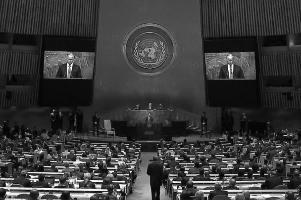 Владимир Путин выступил с трибуны ООН. Зал был полон, пустовали лишь кресла украинской делегации, которая демонстративно покинула зал. Зато на балконе представители Киева развернули желто-голубой флаг, пояснив, что он «из Иловайска». Журналисты выражали недоумение, ведь Иловайск – символ поражения ВСУ