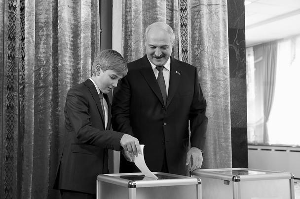 В Белоруссии состоялись президентские выборы. Голосование прошло без происшествий. Тем временем действующий президент Александр Лукашенко, переизбрание которого прогнозируют почти со стопроцентной вероятностью, пообещал обсудить с Путиным военные базы и потребовал от Украины перестать «подбрасывать Белоруссии боевиков»