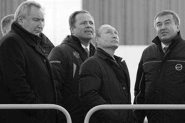 Президент Владимир Путин, вице-премьер Дмитрий Рогозин и другие высокопоставленные лица посетили в среду космодром Восточный. Глава государства отругал строителей за задержку с вводом объектов, потребовал довести дела до суда и разрешил перенести первый пуск на весну следующего года