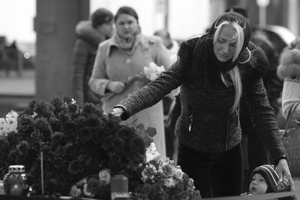 По всей России и во многих городах мира люди скорбят в связи с гибелью 224 человек на борту Airbus-321 авиакомпании «Когалымавиа», разбившегося в субботу в Египте. 1 ноября в России объявлен траур. К российским посольствам в других странах несут цветы, свечи и мягкие игрушки