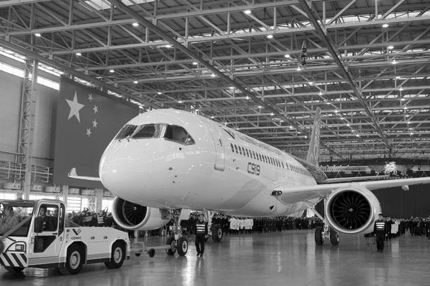 Первый разработанный в Китае пассажирский авиалайнер C919 в понедельник сошел с конвейера в Шанхае. Раскрашенный в белый, голубой и зеленый цвета самолет торжественно представили публике. Власти назвали это огромным шагом в развитии гражданского авиастроения в Китае, рынок авиаперевозок которого до сих пор полностью зависел от импорта