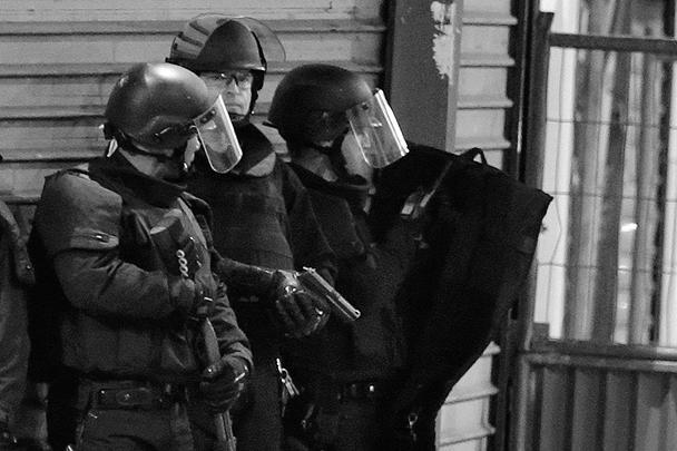 Французский полицейский спецназ начал операцию в северном пригороде Парижа Сен-Дени, где в одной из квартир укрылась группа предполагаемых террористов. Одной из целей полицейских рейдов является подозреваемый в организации терактов 13 ноября Абдельхамид Абауд