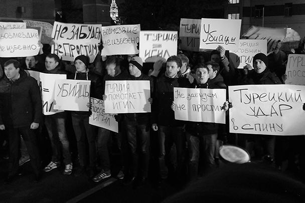 «Приходит большое количество неравнодушных граждан», – рассказала одна из участников акции у стен турецкого посольства, общественный деятель и блогер Мария Катасонова. Как подчеркивают участники, «сбитые летчики уничтожали террористов, чтобы не гибли ваши и наши мирные граждане».<br>Напомним, что Су-24 российских ВКС, участвовавший в операции против террористов ИГИЛ в Сирии, был сбит истребителями ВВС Турции. Инцидент произошел в Сирии близ турецкой границы. Пилоты успели катапультироваться. Судьба пилотов неизвестна, неофициально сообщается об их гибели.<br>Позже Анкара заявила, что Су-24 был сбит якобы после нарушения им воздушного пространства страны. В Минобороны, в свою очередь, подчеркнули, что российский Су-24 однозначно не нарушал воздушное пространство Турции.<br>Президент России Владимир Путин назвал инцидент «ударом в спину»
