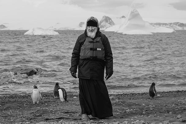 Патриарх Московский и всея Руси Кирилл впервые побывал в Антарктиде, которую назвал «образом идеального человечества». Предстоятель РПЦ посетил станцию «Беллинсгаузен» на острове Ватерлоо и увидел колонию пингвинов, а также пообщался с коренными обитателями материка