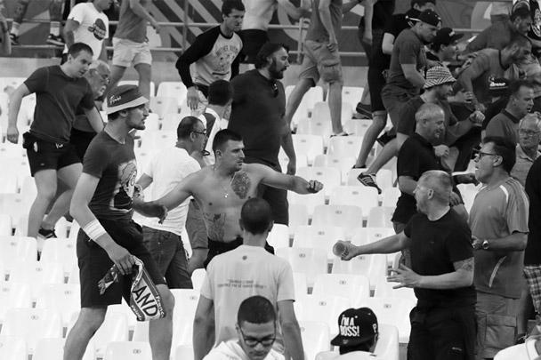 Столкновения российских и английских болельщиков в Марселе продолжились прямо на трибунах после матча национальных сборных в рамках Евро-2016. В ответ на оскорбления английских фанатов несколько десятков российских болельщиков прорвались в английский сектор и обратили оппонентов в бегство