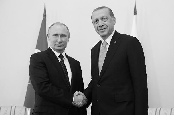 Во вторник, 9 августа, президент Турции Реджеп Тайип Эрдоган прилетел в Санкт-Петербург, где позже начались его переговоры с российским лидером Владимиром Путиным. Главы государств обсудили отмену продэмбарго на турецкие продукты, возобновление чартерного авиасообщения, «Турецкий поток», сирийское урегулирование, борьбу с терроризмом, а также вопрос компенсации за сбитый Су-24. Встреча, прошедшая в Стрельне, стала первой после инцидента с уничтоженным российским самолетом, вызвавшим кризис в отношениях двух стран