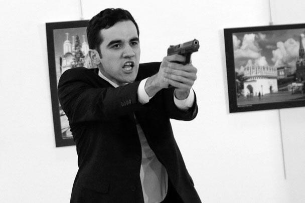 По свидетельству очевидцев, террорист выстрелил в спину послу России в Турции Андрею Карлову в тот момент, когда дипломат заканчивал свою речь на открытии фотовыставки «Россия глазами турок». Полиция вступила в перестрелку и ликвидировала террориста