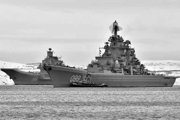 Крупнейшие корабли российского ВМФ – авианосец «Адмирал Кузнецов» и крейсер «Петр Великий» – встали на рейд Североморска после возвращения из дальнего похода. Группировка выполняла боевые задачи у берегов Сирии