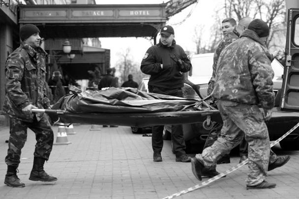 На фото – сотрудники киевских правоохранительных органов несут тело застреленного в центре города бывшего депутата российской Госдумы Дениса Вороненкова. Преступление стало очередным звеном в цепи громких убийств, произошедших на Украине за последние годы