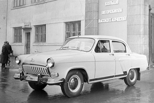 Легендарный советский автомобиль «Волга», который перестали производить в 2008 году, может возродиться в новом облике – не легковой машины, а среднеразмерной. «Волгу» могут превратить в коммерческий автомобиль – пятиместный пассажирский или в грузовом варианте