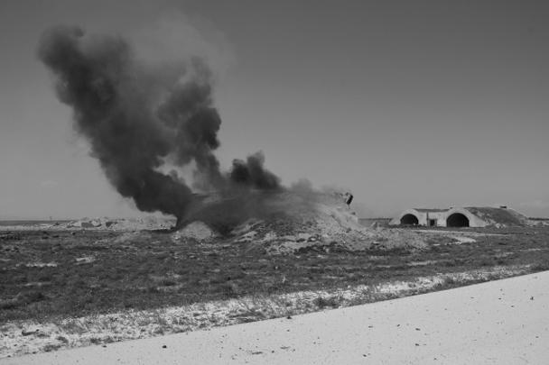 США нанесли массированный авиаудар по базе Шайрат в провинции Хомс. В результате, по данным сирийского командования, погибли не менее десяти человек. Власти сообщают о жертвах среди мирного населения. Практически вся инфраструктура базы уничтожена