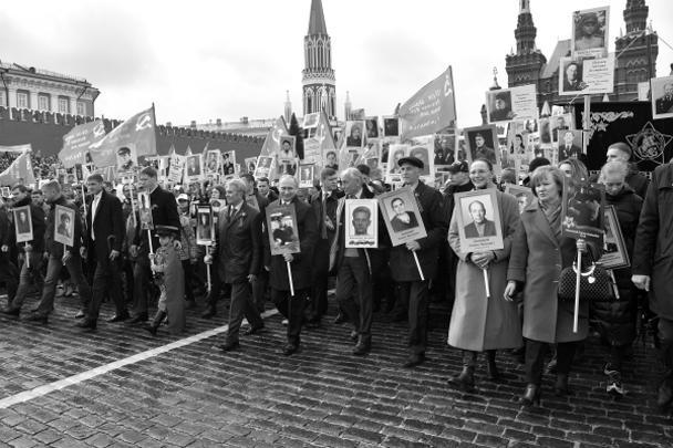 Президент Владимир Путин с портретом своего отца-фронтовика Владимира Спиридоновича принимает участие в шествии «Бессмертный полк» в честь 72-й годовщины Победы в Великой Отечественной войне